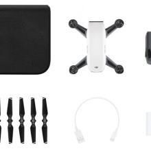 DJI Spark 無人機基本套裝內含:1 個儲藏箱、1 台飛行器、1 枚充電池、6 片槳翼、1 根 Micro USB 連接線、1 台充電器。