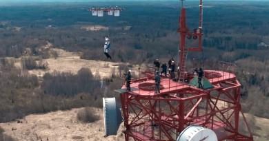 無人機跳傘全球首例:抓著多軸機飛到 330 米躍下,極限好手安全落地!