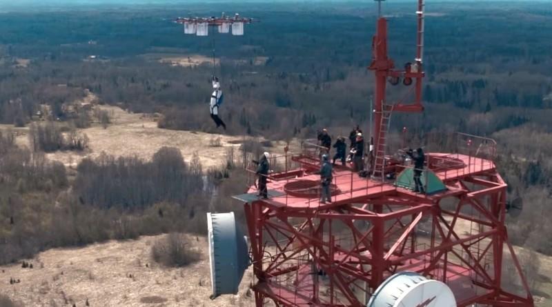 無人機跳傘全球首例:飛往 330 米躍下,極限好手安全落地