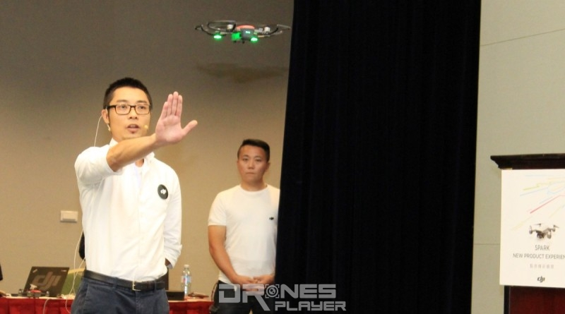 DJI 亞太區傳訊部副總監 Kevin On 現場示範 Spark 的手勢操作。
