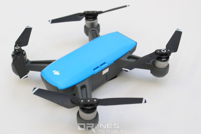 DJI Spark 自拍無人機機身小巧,重量僅有 300 公克。