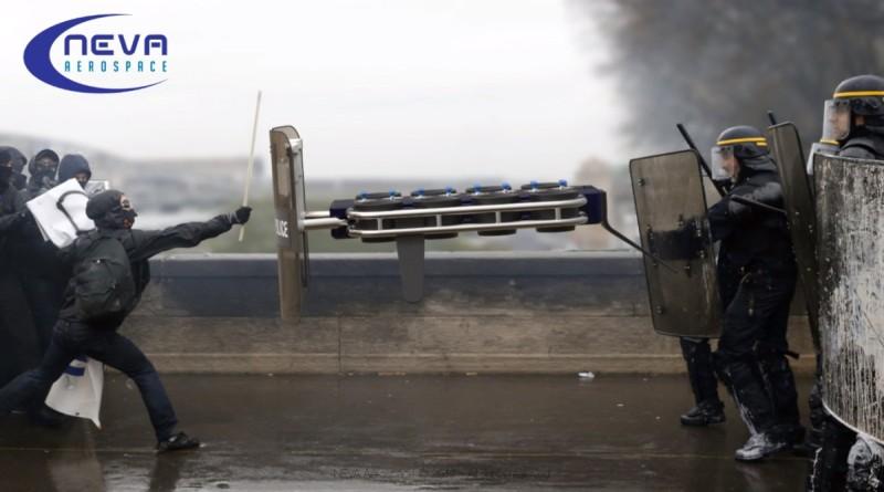 最叫人意想不到的是,Eole 無人機可加裝防暴盾牌,當暴動發生時,可輔助警察應付與暴徒,惟實際效用成疑。