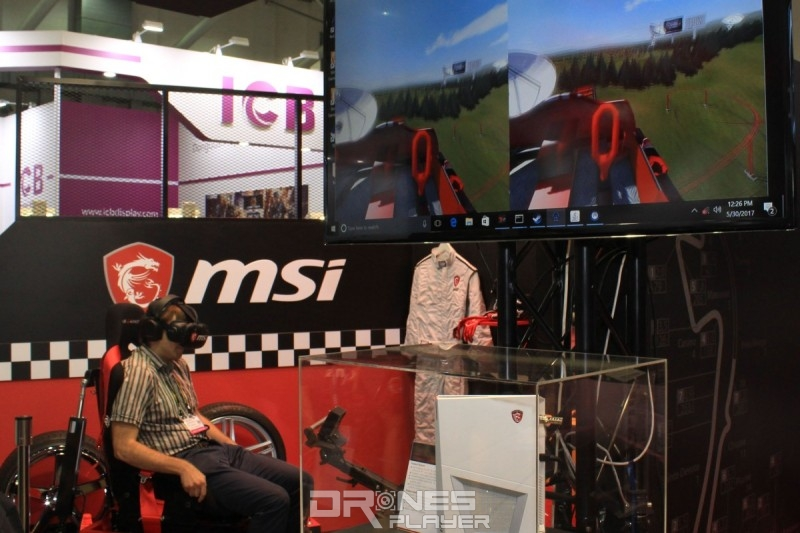 MSI 攤位亦展示了模擬過山車體驗的 VR 設備。