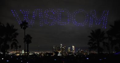 無人機光影表演耀夜空 飛行.排陣.亮燈