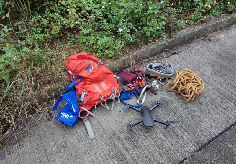 救機行動有時需要游繩或攀樹,安全工具少不了。(「航拍機搜救服務」專頁圖片)