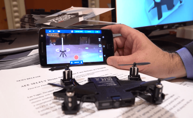 Selfly 可拍攝 1080p 60fps 影片、1,300 萬像素照片。