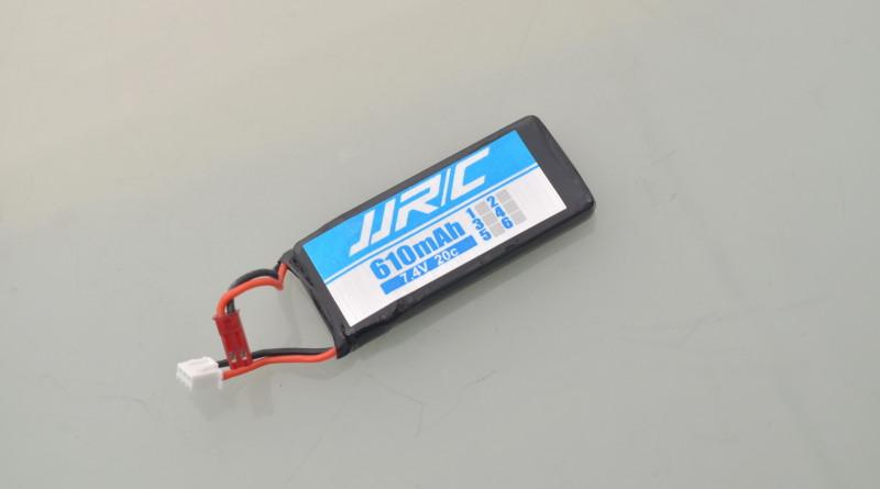 可換式電池,規格為 7.4V / 610mAh。