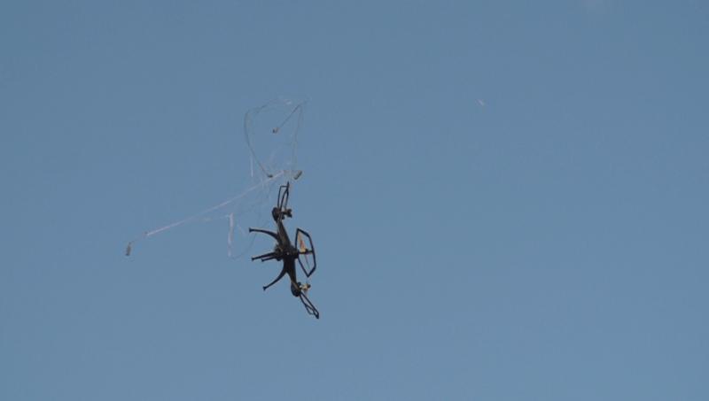 繩網會纏着無人機,使它失控墜落。