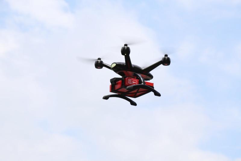 運送美心薄餅盒的  XDynamics Evolve 無人機飛行中